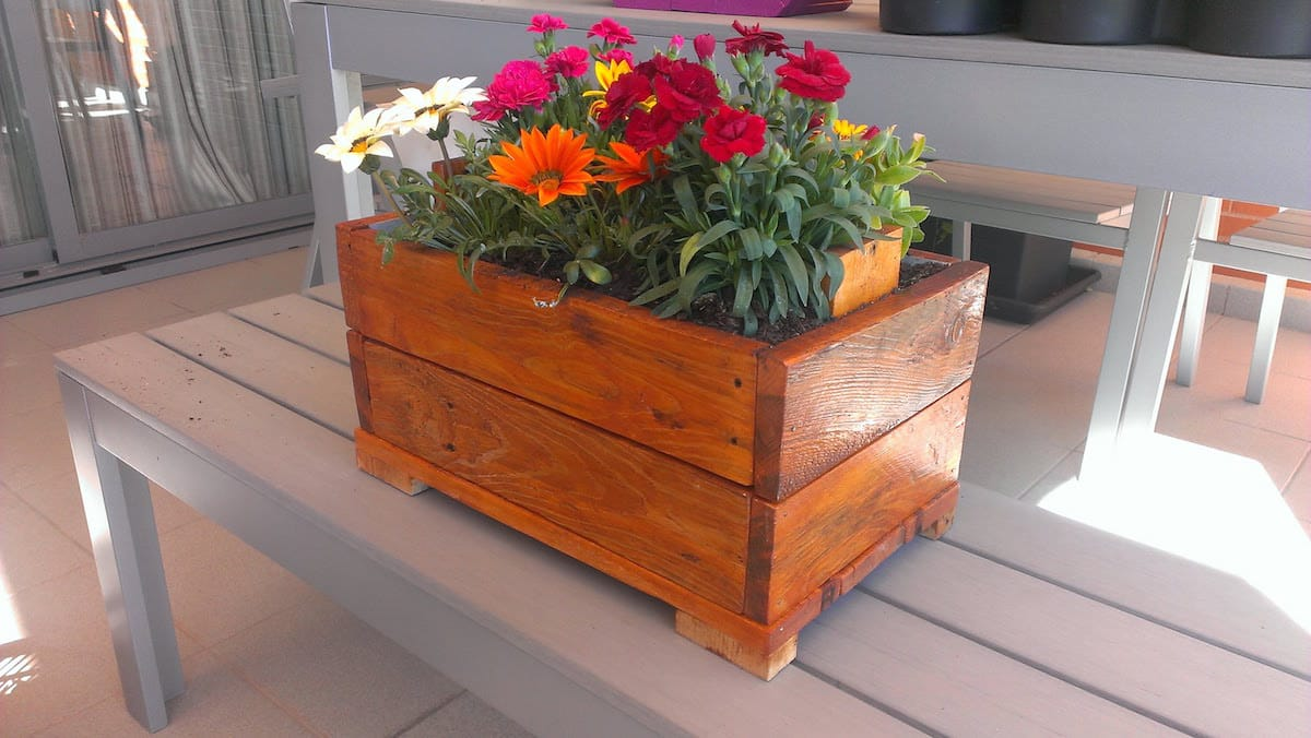 C mo hacer un macetero con palets for Que plantas poner en una jardinera
