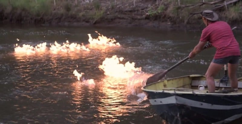 Un río en llamas para demostrar la contaminación por fracking