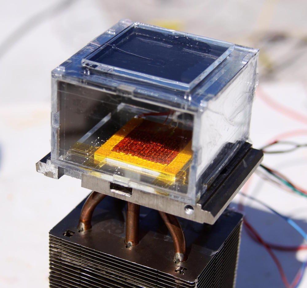 Un dispositivo que extrae agua del aire, incluso en climas desérticos, solo con ayuda del sol
