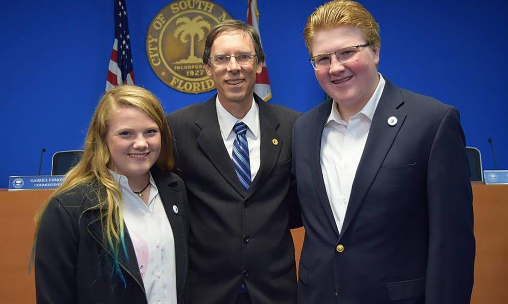 Estudiante de 16 años logra que South Miami se convierta en la primera ciudad de Florida en exigir paneles solares en viviendas nuevas