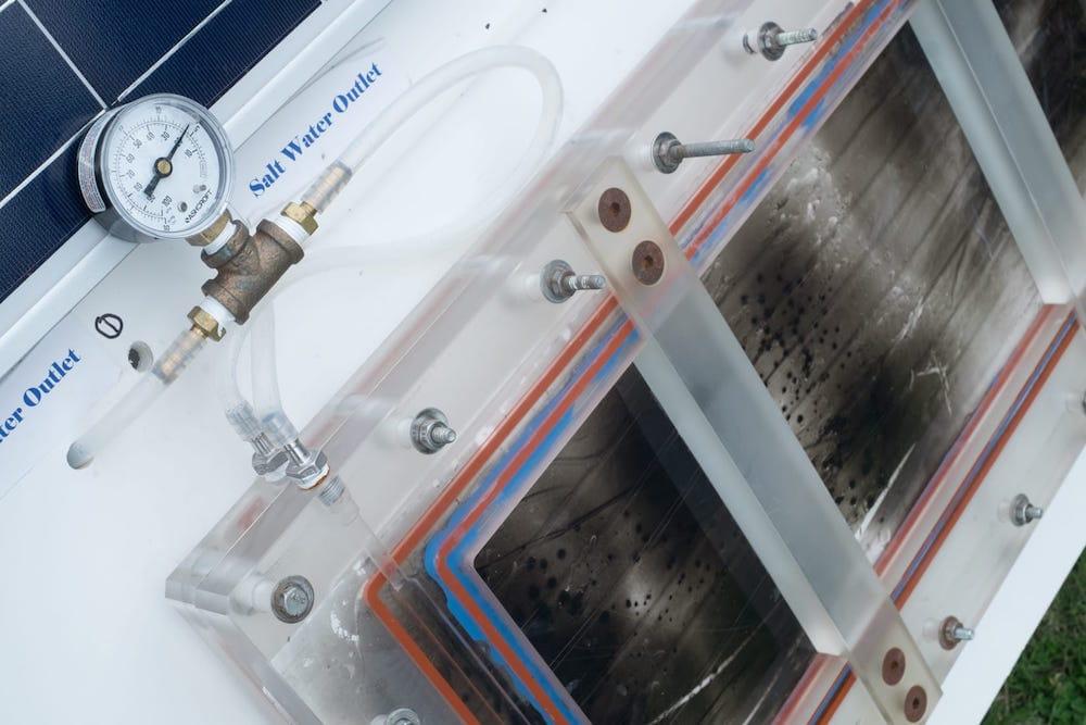 Diseñan un sistema para desalar el agua del mar sólo mediante energía solar