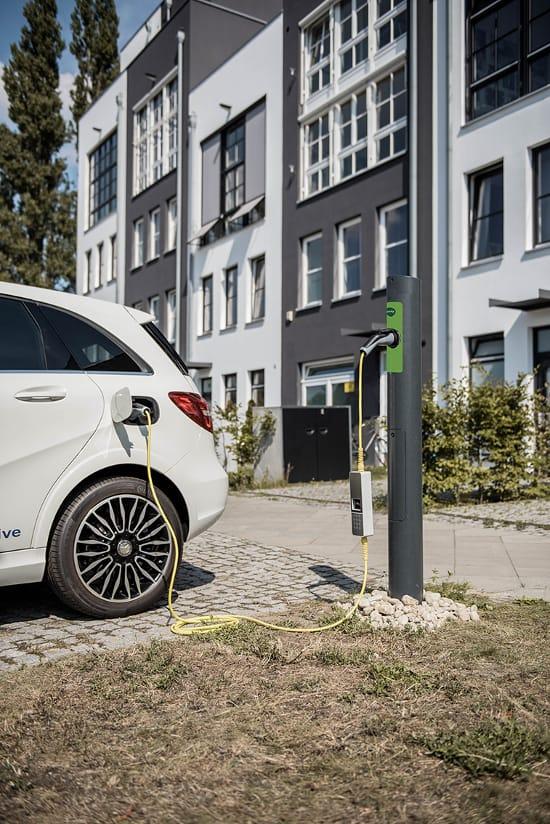 Solución que convierte las farolas en unidades de carga de vehículos eléctricos