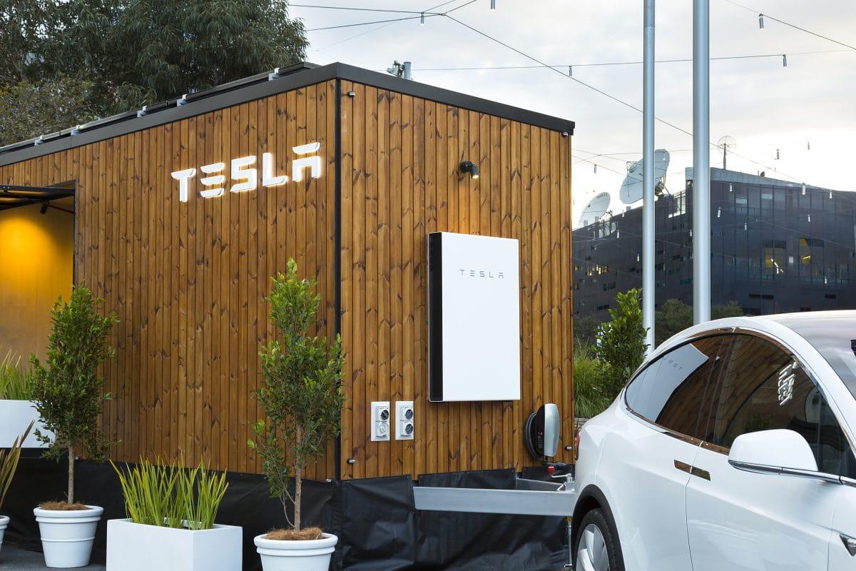 La microcasa solar autosuficiente de Tesla que un model X muestra por Australia