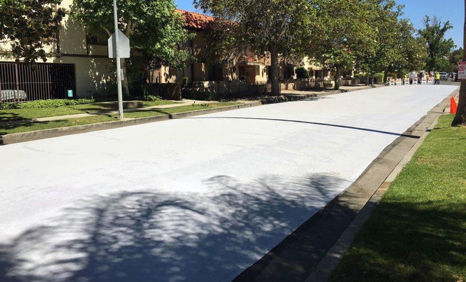 En California están pintando las calles para refrescar el pavimento y bajar la temperatura en áreas urbanas