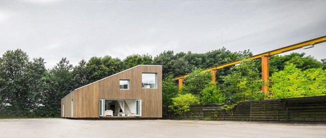 Una increíble casa hecha con contenedores de transporte marítimo que produce más energía de la que consume