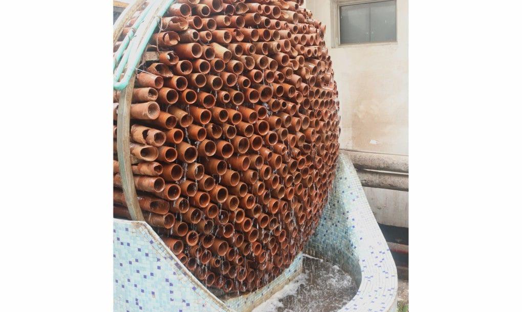 Climatizador hecho de tubos de terracota.