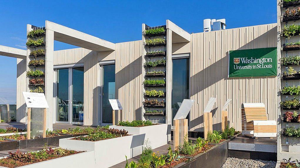 Esta casa prefabricada solar autosuficiente recoge el agua de lluvia para producir alimentos todo el año