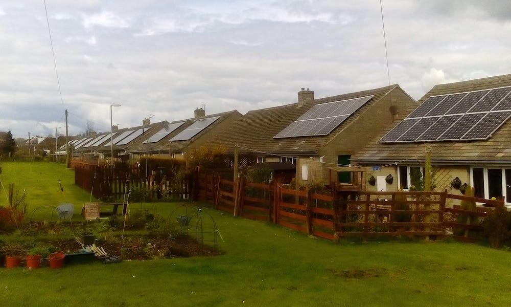 Oxpring, el pueblo inglés que quiere ser autosuficiente gracias al sol y a las baterías