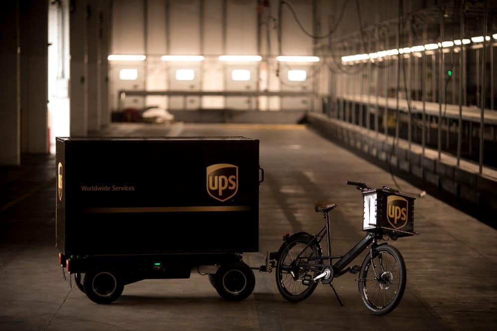 UPS entrega sus paquetes en unas nuevas bicicletas con remolques eléctricos