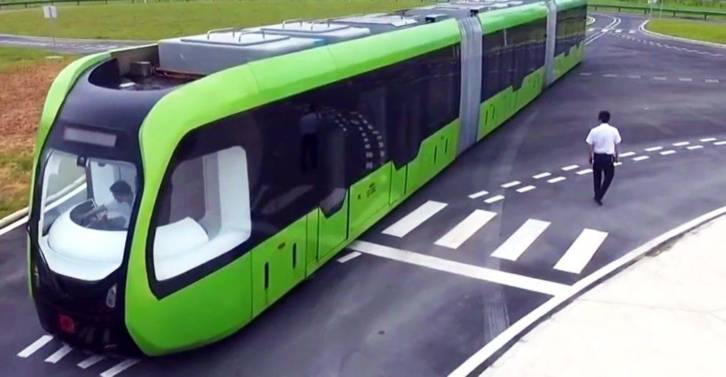 El tren oruga eléctrico y autónomo Chino, sale a las calles de Zhuzhou