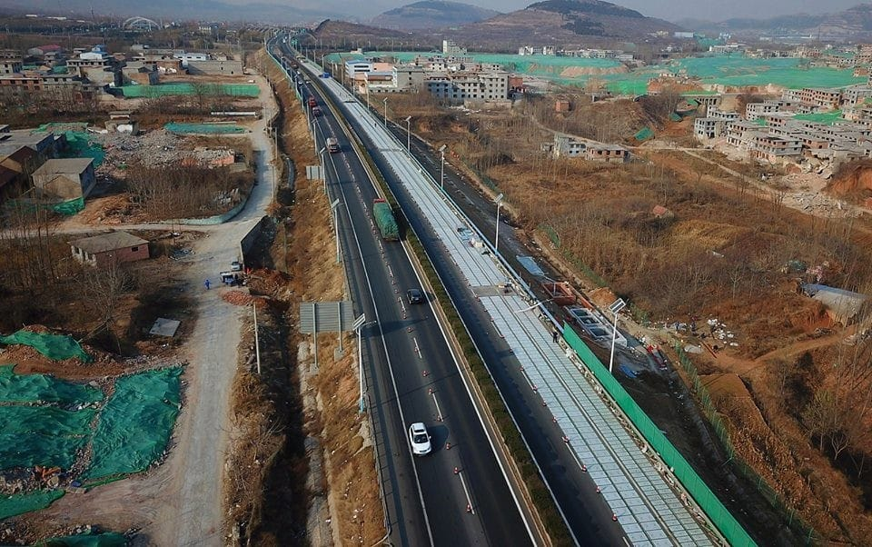 China inaugura la primera carretera solar que permitirá la recarga en marcha