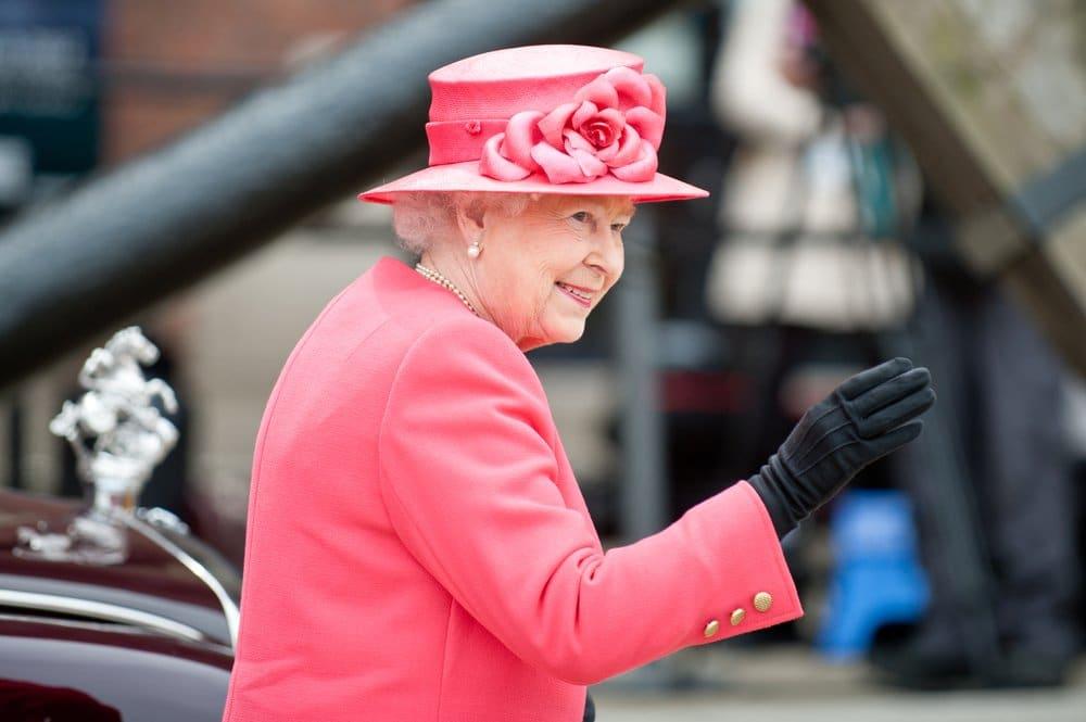 La reina de Inglaterra prohíbe las botellas y las pajitas de plástico