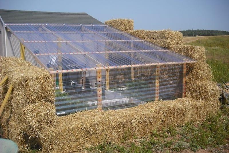 Cómo-construir-un-invernadero-con-balas-de-paja