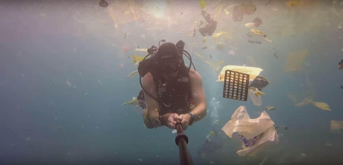 """Impresionante imagen en Bali con un aterrador """"mar de plástico y poliestireno"""""""