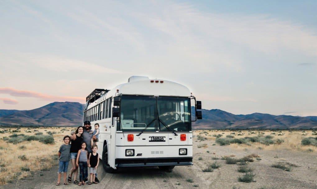 Un autobús escolar convertido en un hogar para una familia de seis personas