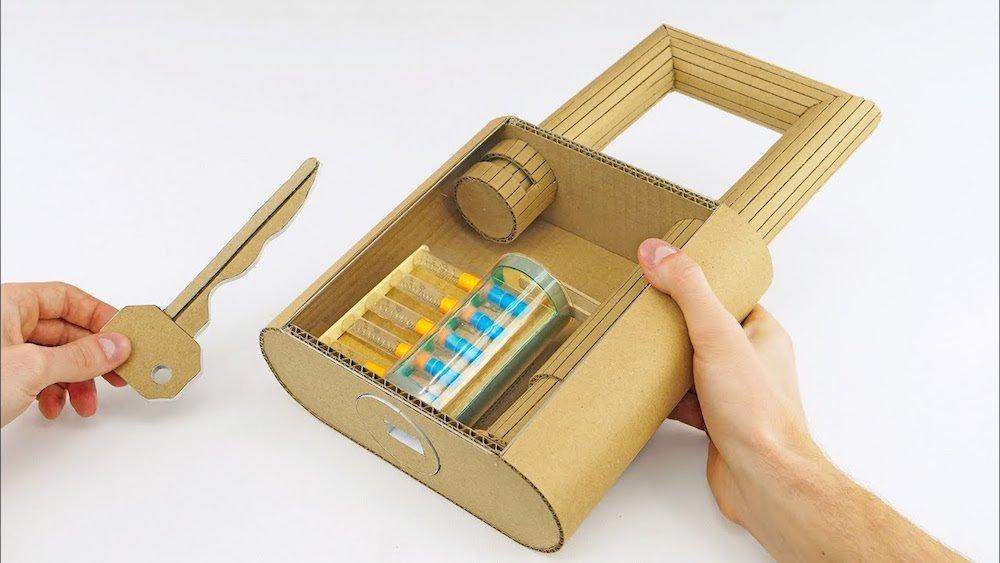 Cómo hacer un candado gigante casero de cartón