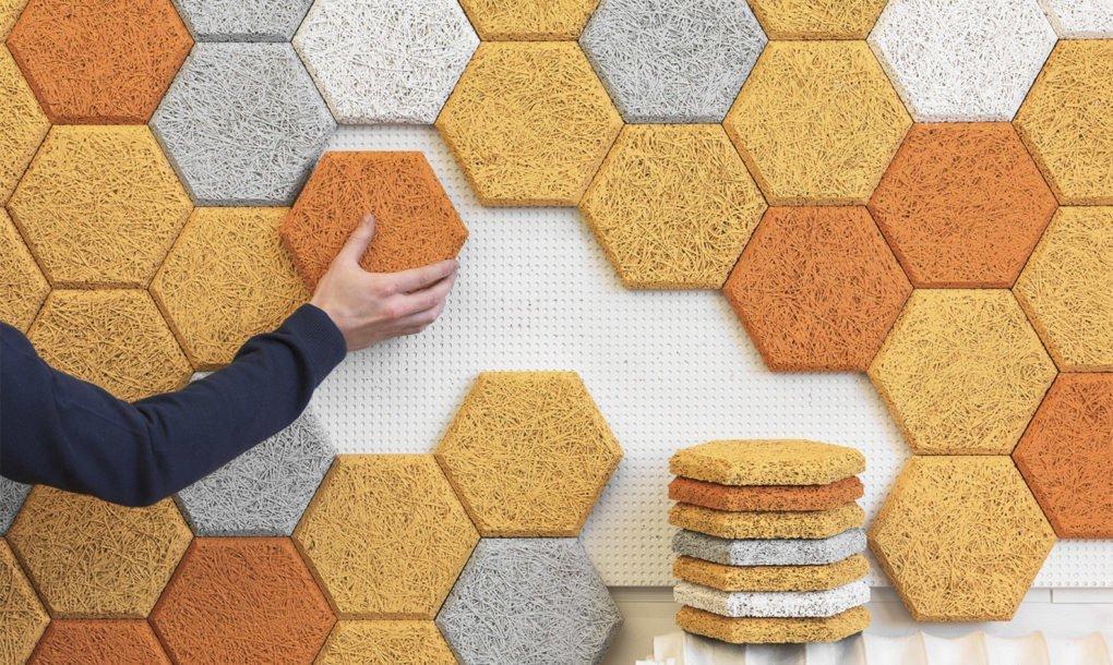 """Los coloridos azulejos hexagonales hechos de """"lana de madera"""" que absorben el sonido de las paredes"""
