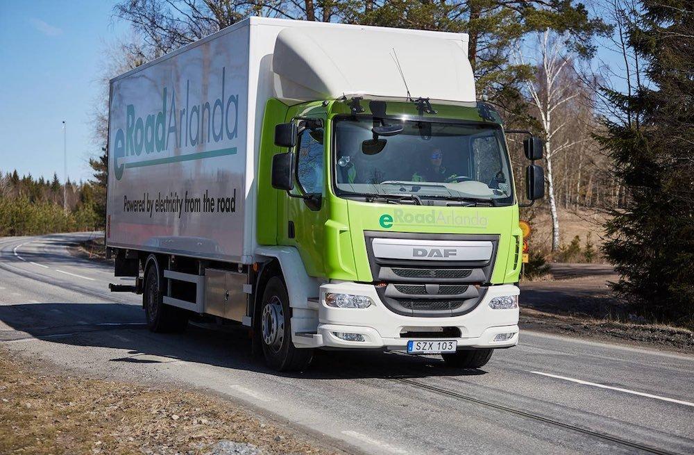 Carreteras electrificadas para recargar vehículos eléctricos, la nueva apuesta en Suecia