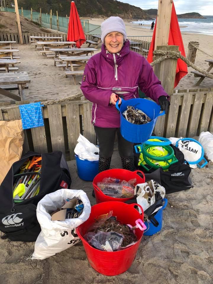 70 tuổi ngày ngày vẫn đi dọn rác ở bãi biển: Không bao giờ là quá muộn để bắt đầu - H3