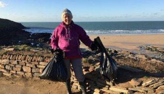 Action Nan, la abuela de 70 años que ha limpiado la basura de 52 playas en 2018
