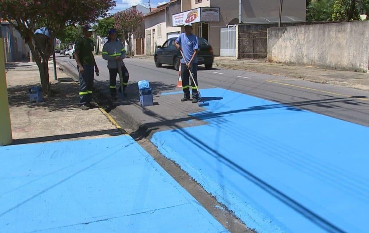 En Brasil están pintando las calles de azul para reducir el calor.