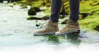 Las zapatillas impermeables hechas de plástico oceánico