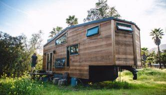 Una encantadora y diminuta casa solar hecha a mano con madera reciclada