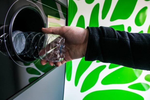 Máquina reciclaje botellas plástico