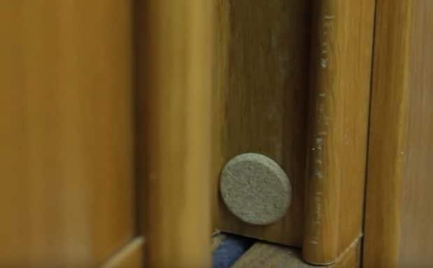 Silenciadores de puertas y cajones con tapones de corcho